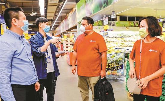 日前,Gary与夫人来到宝安麦德龙商场了解超市商品种类,洽谈在线合作事宜。 深圳特区报记者 周红声 摄