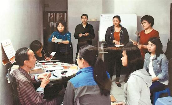 喻喜春(前排左一)生前在家里给学生上中医针灸课。