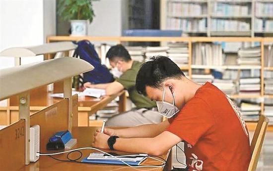 ▲市民们又可以回到喜爱的深圳图书馆学习了。