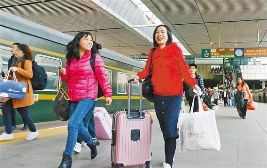 开开心心把家还。深圳商报记者 廖万育 通讯员 冼余汉 摄