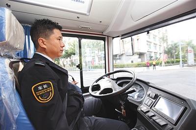 """在自动驾驶公交车内,司机可以""""撒把""""驾驶。 深圳巴士集团供图"""