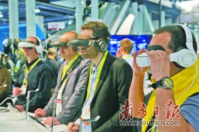 去年CES上,观众体验柔宇3D移动影院。 鲁力 摄