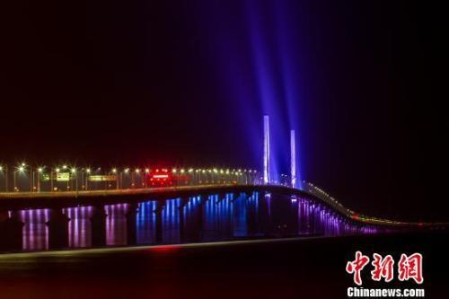 港珠澳大桥主体31日晚全线亮灯 陆绍龙 摄