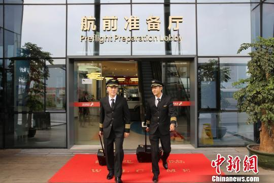 近日,深圳航空公司飞行部陆续开始向全体一千余名飞行员发放新款帽子。新款飞行帽美观、舒适、可折叠易收纳。郑毅 摄