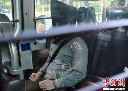 香港大埔公路一辆巴士10日发生侧翻事故,致19人死亡,该名报称任职厨师的30岁司机被控危险驾驶引致他人死亡罪名。案件13日在粉岭裁判法院提堂,控方不排除改控更严重罪名。中新社记者 麦尚旻 摄