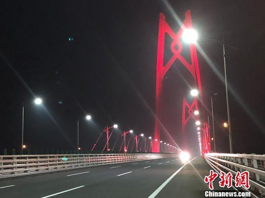 """港珠澳大桥嵌有""""中国结""""的青州桥亮起了灯光 邓媛雯 摄"""