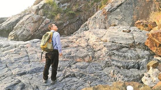 ▲段维正在南澳寻找陨石。 周维 摄