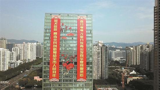 市城管局在深圳广电大厦南侧玻璃幕墙上设置了长73米,宽10米的巨幅春联。