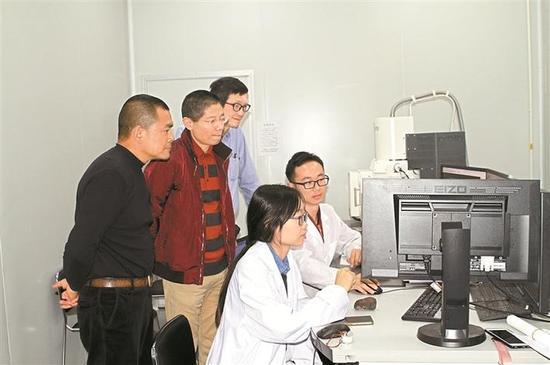 ▲北京大学深圳研究生院新材料测评中心正在检测段维发现的石头。 深圳晚报记者 杨端端 摄