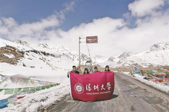 ◀深大支教志愿者途径海拔4900米的德姆拉山口。