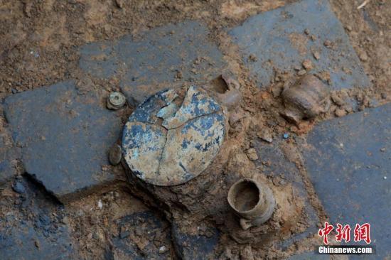 一座宋代古墓内出土的铜镜等文物