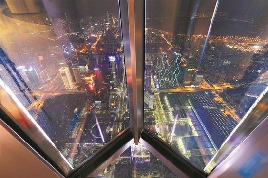 116楼透明悬空的观景台。本版图片均由深圳晚报记者 陆颖 见习记者 杨少昆 摄