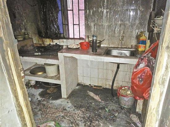 ▲火灾后的厨房,当时三个孩子藏身于灶台下。