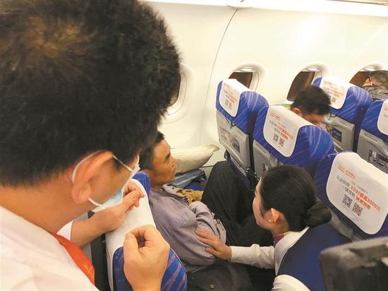 ▲南方航空2月9日深圳-雅加达航班上,一名旅客突发急性胰腺炎。