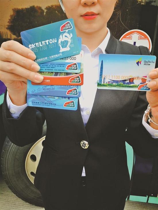 """带有""""交通联合""""标识的深圳通卡,可在加入""""全国交通一卡通互联互通""""的城市刷卡乘车。 深圳晚报记者 董玉含 摄"""