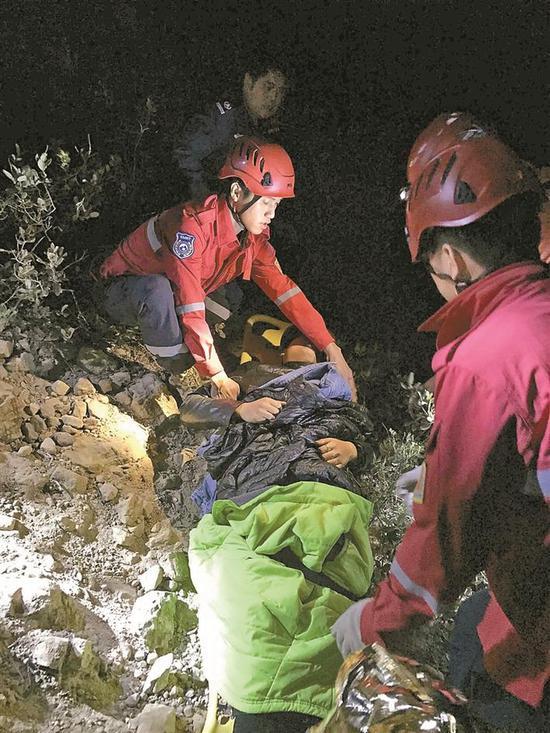 ▲救援人员实施救援。
