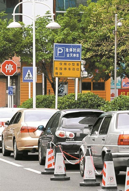 4月2日,在福田中心区南片区七号路,原规划建设的路边停车位上停满了车辆。资料图