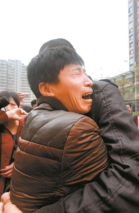 严小军抱住严淇失声痛哭。