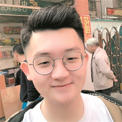 """深圳高一学生詹丁俊的发明""""远近光车灯""""夺得国际发明银奖。"""