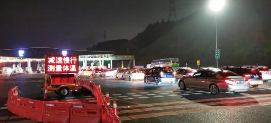 深圳、东莞市际交界处的龙大高速罗田收费站交通设施设备供应及现场交通设施实施
