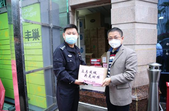榕亨集团为市交警局送上捐赠物资