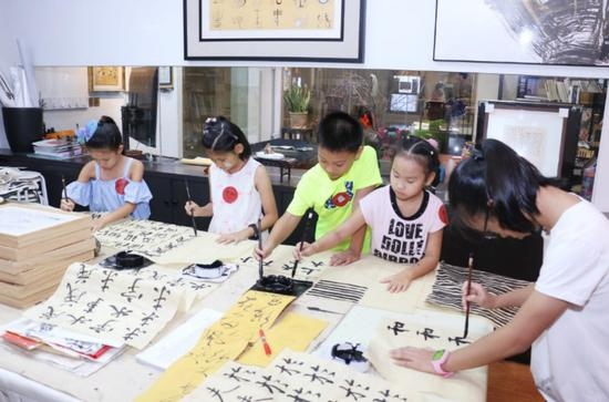 石庐艺术美育学生展后现场书写毛笔字 (图片均由石庐艺术美育提供)
