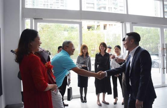 创丰宝总经理林永基先生及管理层人员出席交付仪式,并与陈伟平先生合影留念