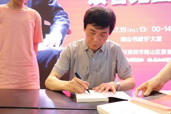 国际安徒生奖得主曹文轩在南山书城与读者见面