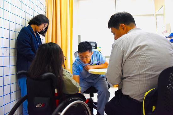 港大深圳医院物理治疗部杨晓光治疗师为罕见骨病患者看诊