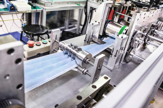 目前,比亚迪生产的口罩正在以每天30万到50万片的速度增加,每天5-10台左右的新口罩机器能够实现量产