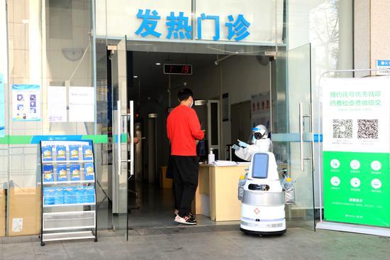 南山区高新技术企业优必选研发抗疫机器人助力战疫。