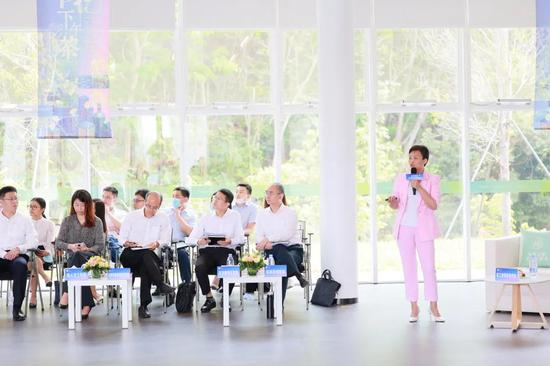 △龙华区工业和信息化局局长徐红丽介绍龙华区产业发展情况。