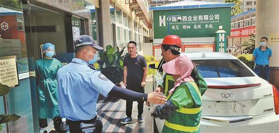 ▲铁骑接力护送被毒蛇咬伤的绿化工人(右一)到达医院。