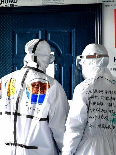 """武汉护士""""战袍""""上作画 绘出抗疫希望与正能量"""