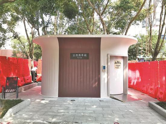 ▲位于福田区景鹏大厦公交站台附近的智能公共洗手间。 深圳晚报记者 周婉军 摄