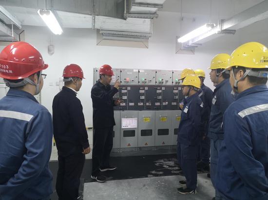 宝安供电局工作人员正在熟悉保供电预案,模拟在各种情况下的应急处置。