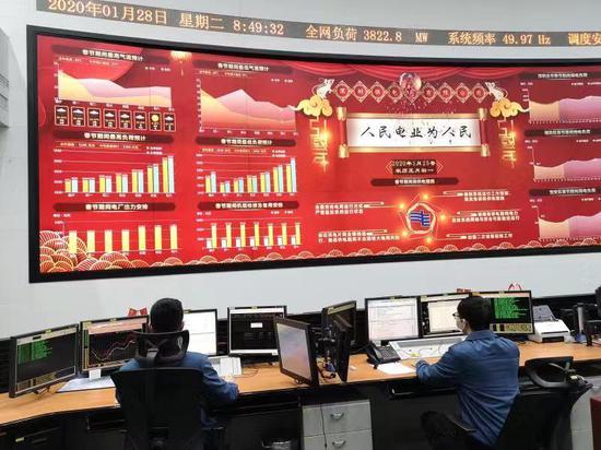 春节期间,深圳电力调度大厦,供电员工看护全市用电安全。