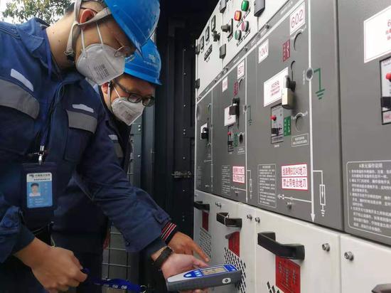 南方电网深圳南山供电局为粤海街道创维半导体大厦开展用电检查。(林申力 摄)