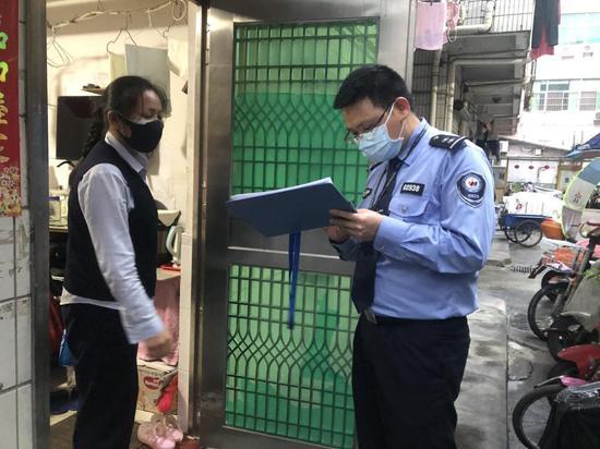 陈锡武入户核对居民行程信息