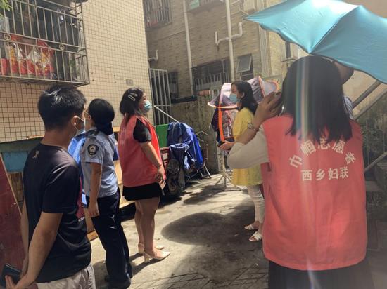 深圳西乡:幼儿被困家中 铁岗旋风营救