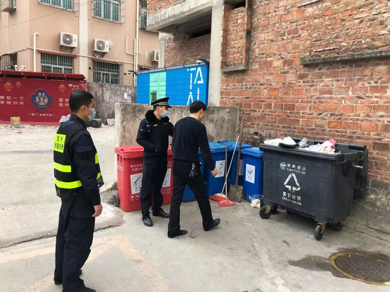 西乡街道严格执法促垃圾分类文明养成
