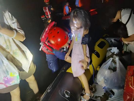 截至7月27日下午6时,申鹏和救援队已安全转移群众近200名,抢救落水群众8名