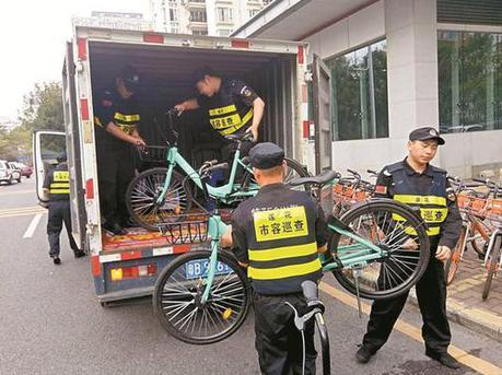 """福田多个街道清理违规投放的""""青桔""""单车"""