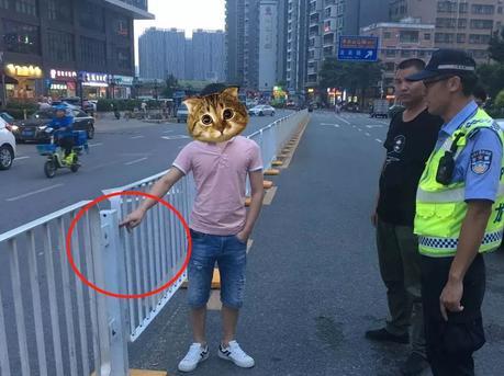 """心疼女同事绕路 深圳男子""""手撕""""护栏"""