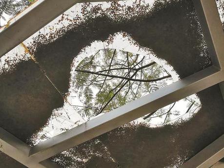 民治一社区公园顶棚玻璃多块破裂