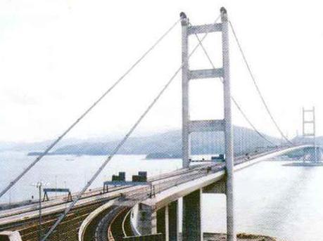 香港青马大桥发生5辆巴士相撞事故