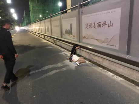 凌晨深圳街头一物挡路 近看竟是一名女子
