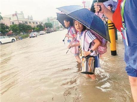 松岗街道突发暴雨 多处积水造成交通拥堵