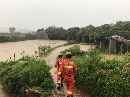暴雨突袭7人被困 最美逆行者趟水救人