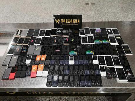 旅客携带102部废旧手机入境被查获 重达10公斤